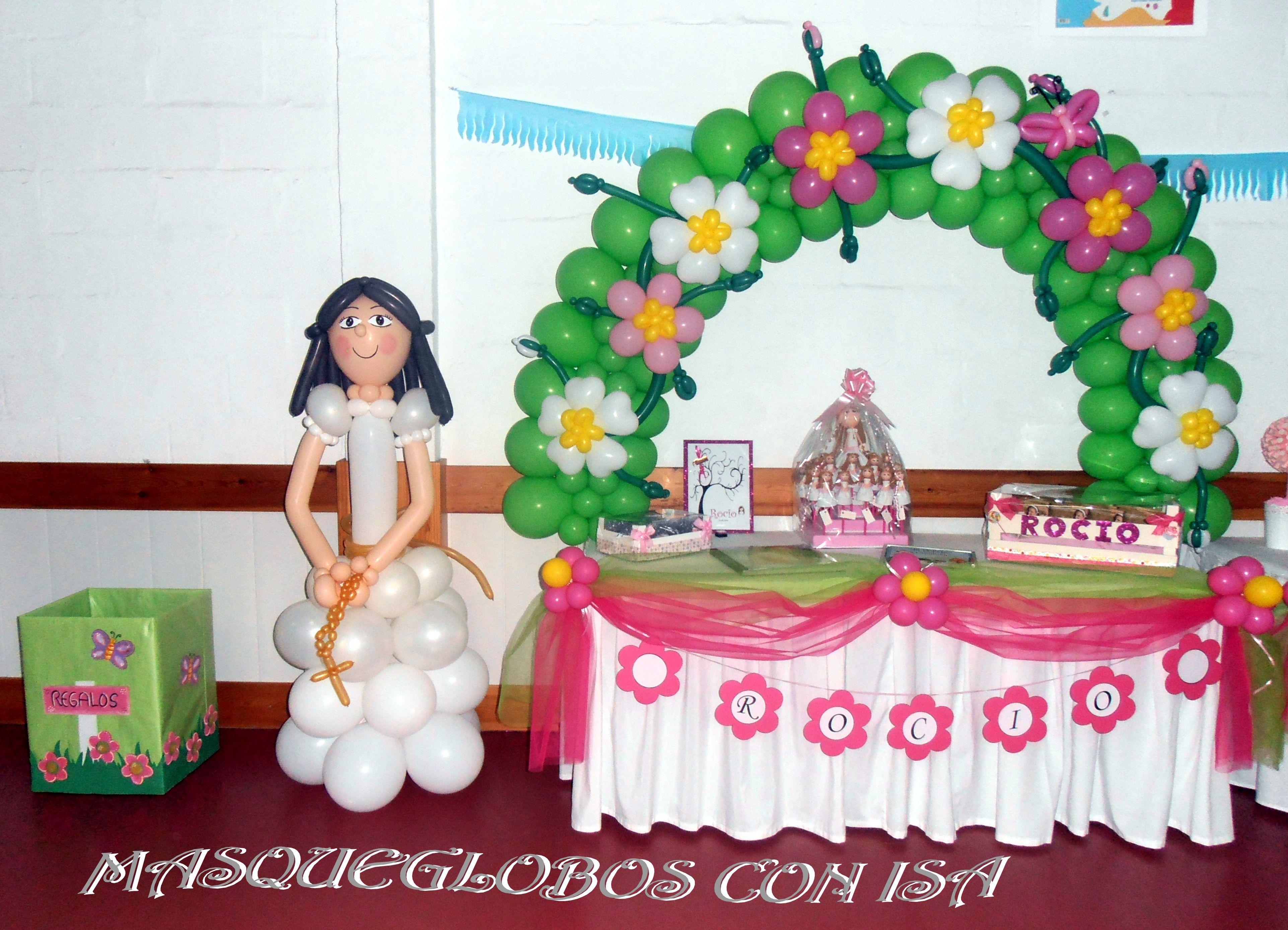 Arco con globos y muñeca de comunión