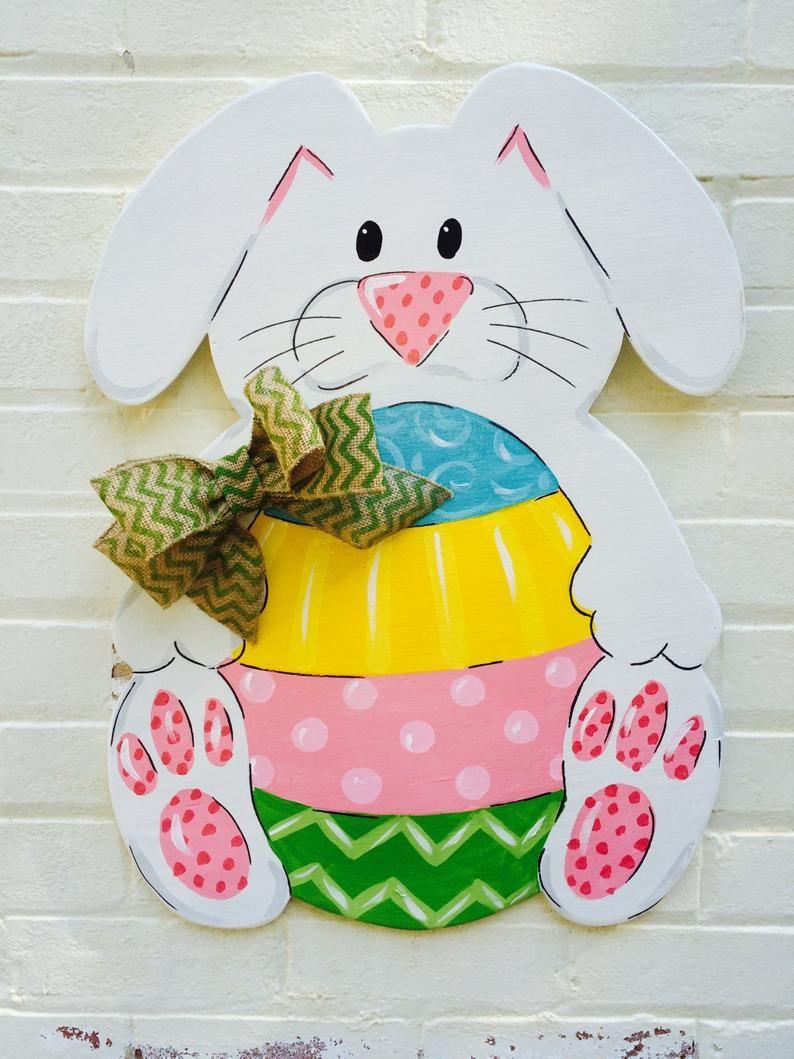 Photo of Easter Spring Bunny med flerfarget egg håndmalt håndbokstret tre dørhenger Burlap Bow