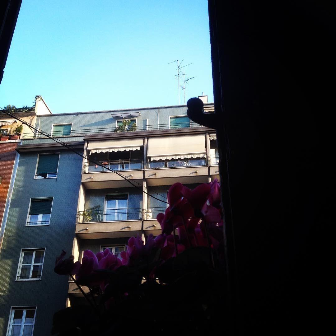 Anche #Milano ha il suo #cielo #azzurro magari #rubato #buongiorno #mondo  by la.blu