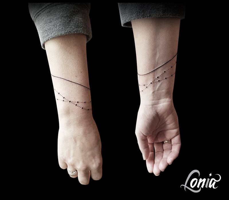 tatouage lonia tattoo ligne poignet bracelet fin feminin tattoos pinterest tattoo. Black Bedroom Furniture Sets. Home Design Ideas