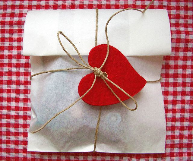 Twine & felt hearts are an adorable idea tying a treat bag closed! #cookies