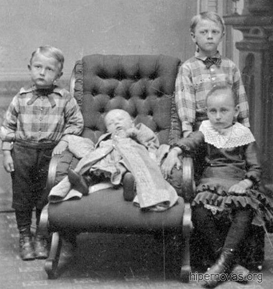 Tres hermanos junto a la niña sin vida
