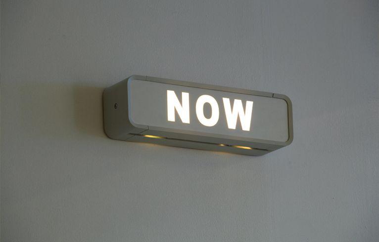 SU-MEI TSE: Jetzt=Jetzt (Now=Now), 2008, Blinking light box, 28.8 x 11 x 8 cm
