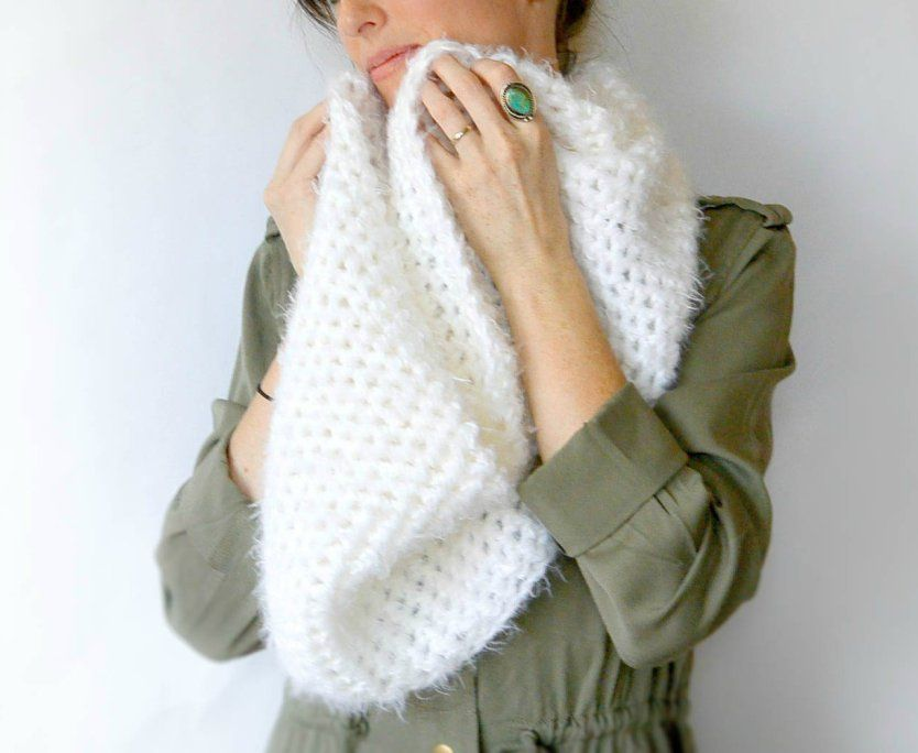 Powdered Sugar Crochet Infinity Scarf Pattern | Ganchillo y Tejido