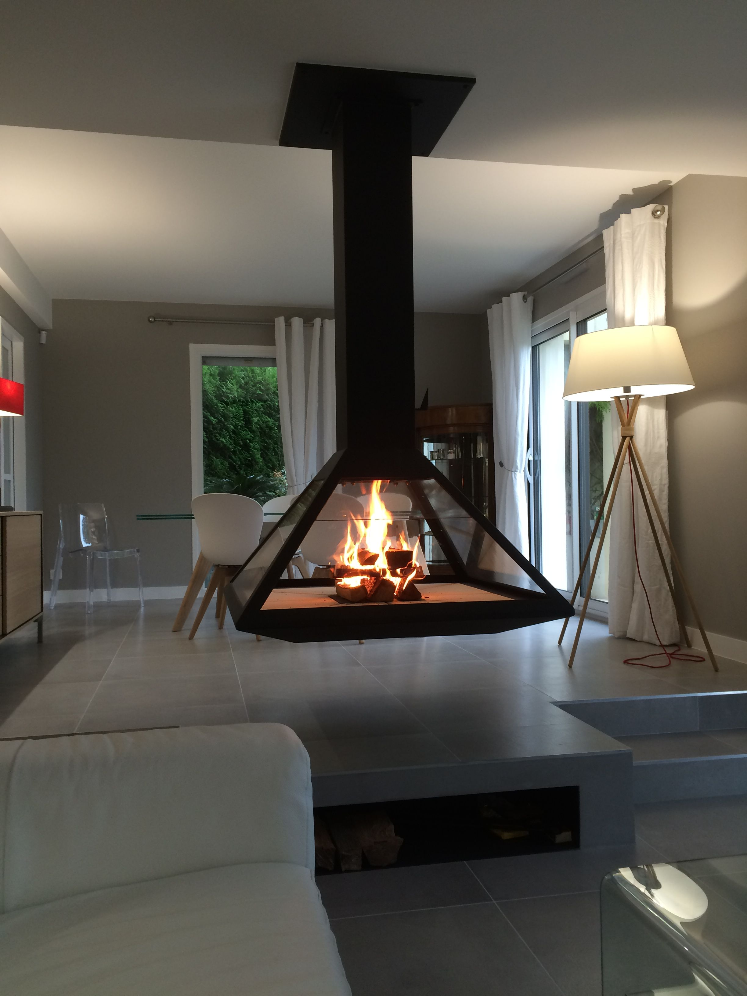 foyer suspendu po le bois suspendu chemin e centrale. Black Bedroom Furniture Sets. Home Design Ideas