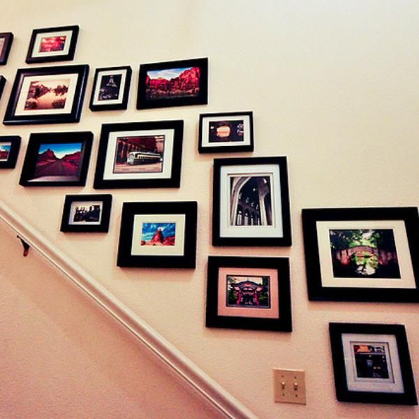 Línea oblicua  Revive el muro de tus escaleras con un diseño de muros oblicuo. Agrupa imágenes sobre un mismo tema y en tonalidades neutras o grises. Para empezar a diseñar el muro visualiza una línea oblicua y determina el espacio que vas a dejar sin cuadros desde el pasamanos hacia arriba. De ahí empieza tu montaje del centro hacia los lados. Recuerda que una manera de facilitar este tipo de trabajo es crear una visualización de tu montaje sobre el piso.