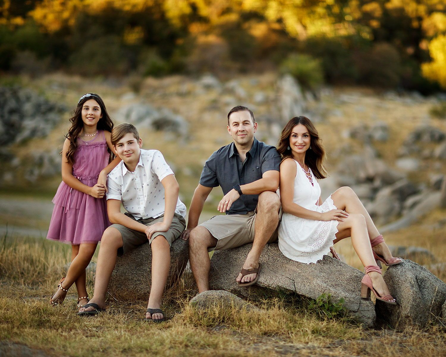 Outdoor Family Of Four Photography Ideas Family Outfits And Posing Tips In 2020 Family Photography Outfits Fall Family Photo Outfits Photography Poses Family