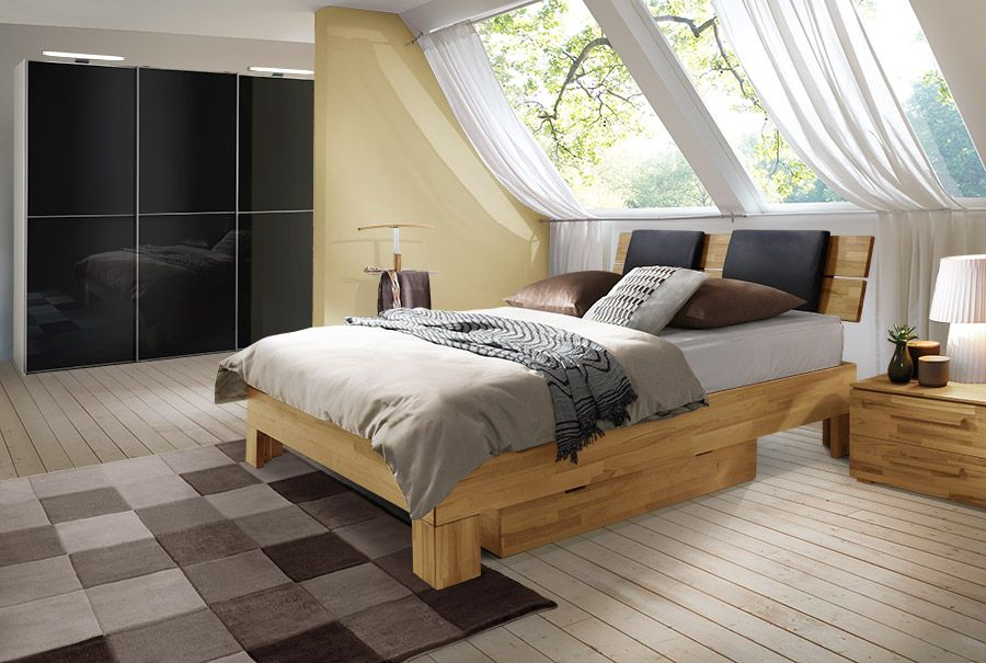 Komplettes Schlafzimmer mit einem Boxspringbett aus Massivholz ...
