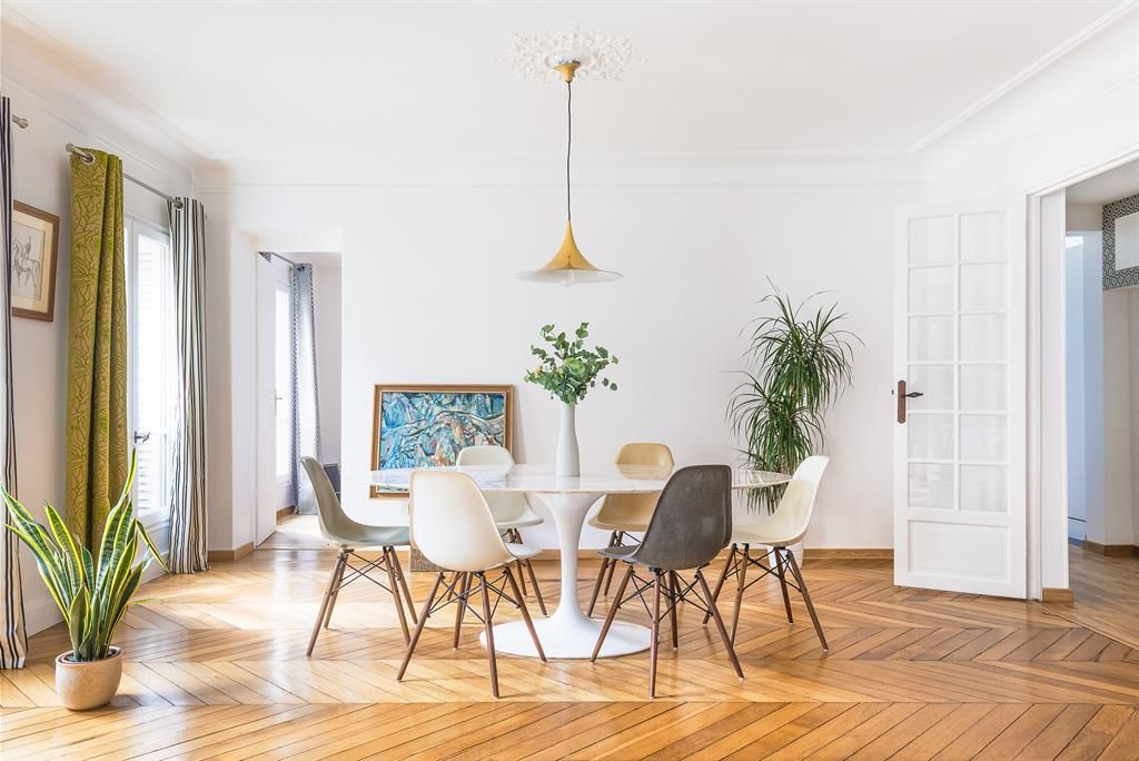 Modern dining room with a grey and white chairs Salle à manger