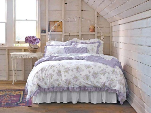 Schlafzimmer Dachboden Gestaltung Shabby Chic Lila Weiß Metall Bettrahmen