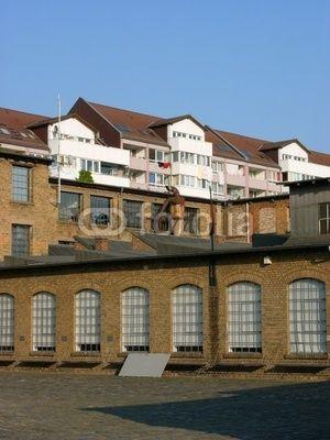 Modernes Wohnhaus und alte Fabrik mit Gebäuden aus