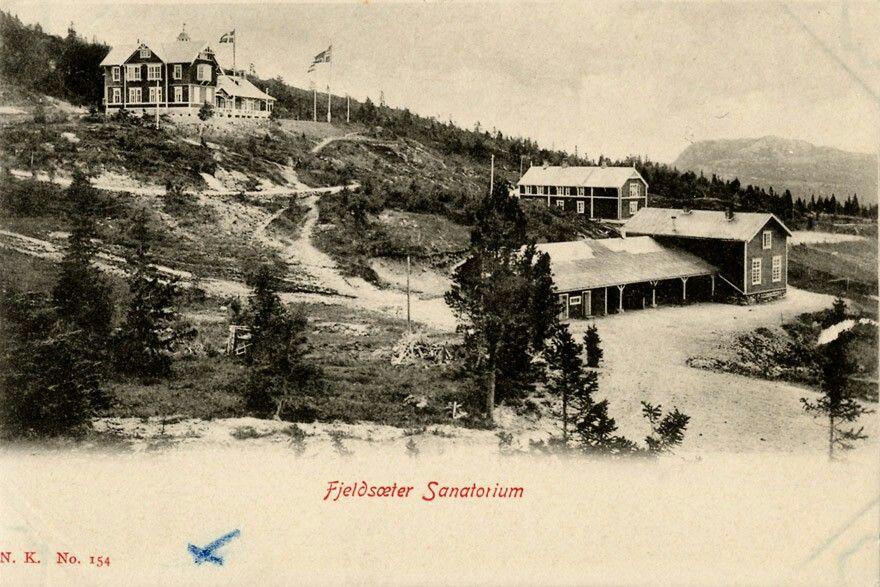 Fjeldsæter  sanatorium I 1899 ble Fjeldsæter Sanatorium etablert på stedet, og siden Fjeldsæter Turisthotel i samme bygning. Tilbygget «Sporten» kom til seinere, og i 1933Fjellseter kapell. Driften vedsanatorietopphørte i 1912,foto: Normann utg Narvesen