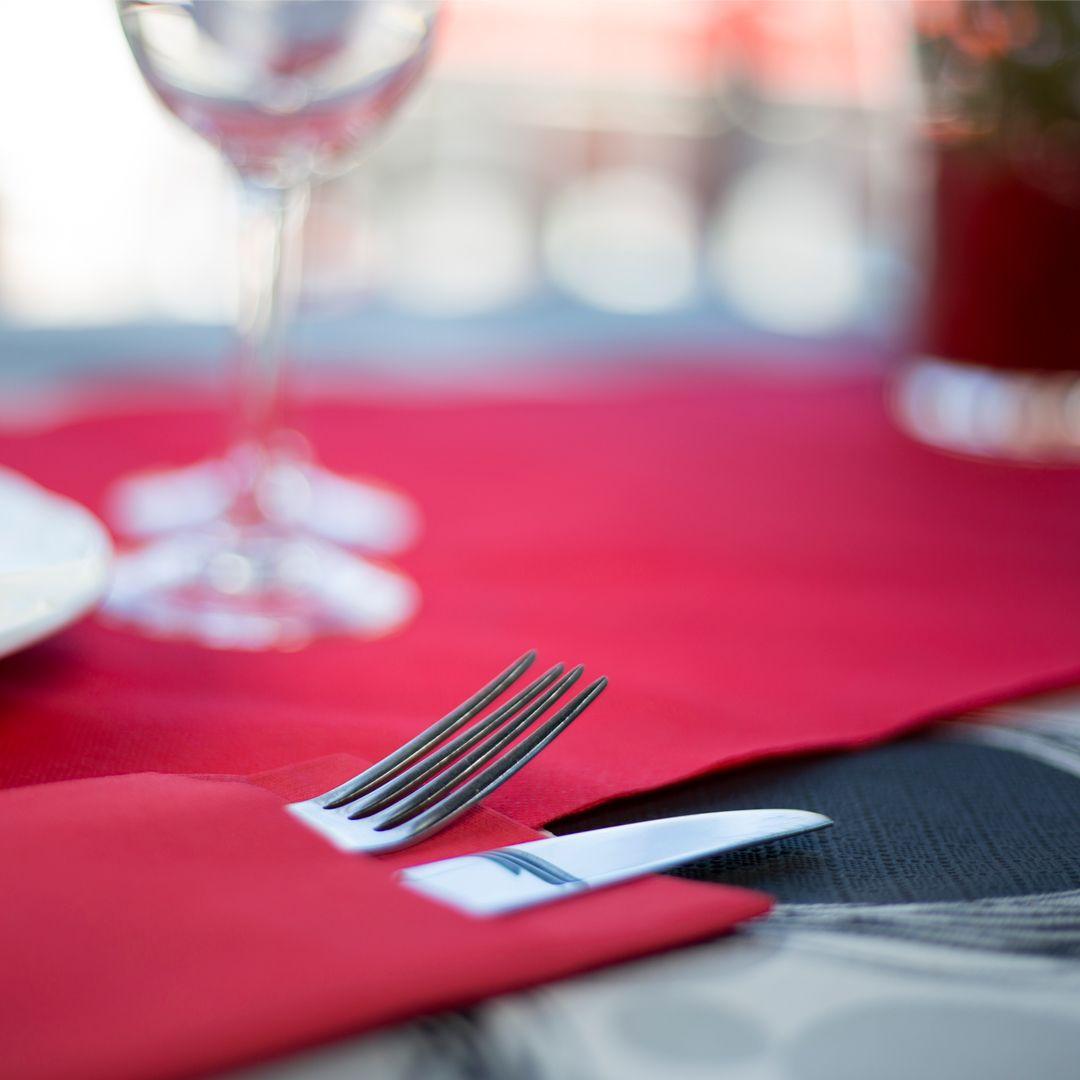 Mantel de papel decorado en color negro con camino de - Caminos de mesa de papel ...