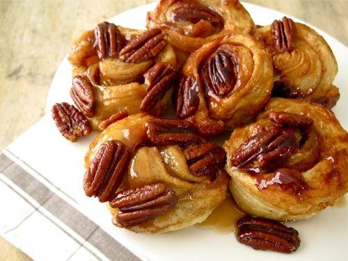 Rulouri din foitaj Bella cu nuca si scortisoara. Ingrediente:     1 pachet aluat foitaj Bella;     2 lunguri de unt;     1/4 ceasca de zahar;     1/2 ceasca de zahar brun;     2 linguri de scortisoara.  Amestecul cu care se ung rulourile:     12 linguri de unt topit;     1/2 ceasca de zahar brun;     1/2 lingura de sare;     1 ceasca de nuci pecan (sau nuci romanesti, dupa preferinte)  Mod de preparare: Decongelati aluatul foitaj la temperatura camerei. Puteti citi continuarea retetei pe…