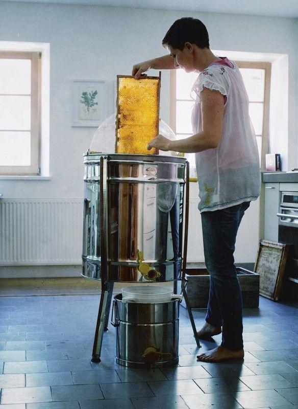"""Die Autorin an der Honigschleuder: """"Das Vegetarische Kochbuch"""" von Barbara Bonisolli"""