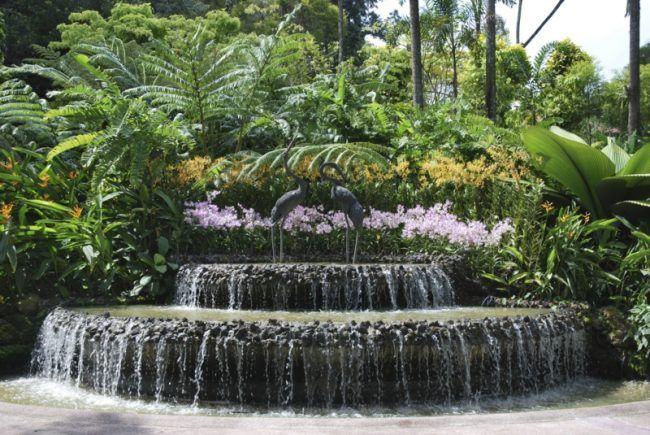 wasser im garten modern wasserfall terrassen exotisch bepflanzung