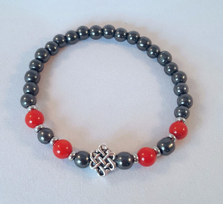 Bracelet élastique hématite, corail rouge et signe celte. Bracelet yoga. bracelet boho. bracelet femme. Hématite. bracelet gris et rouge. de la boutique CreationL sur Etsy