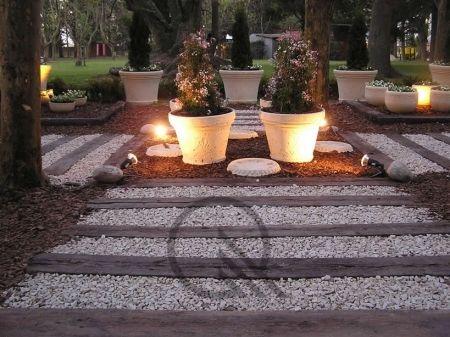 Camino con durmientes y piedra durmientes durmientes de for Colocar adoquines en jardin