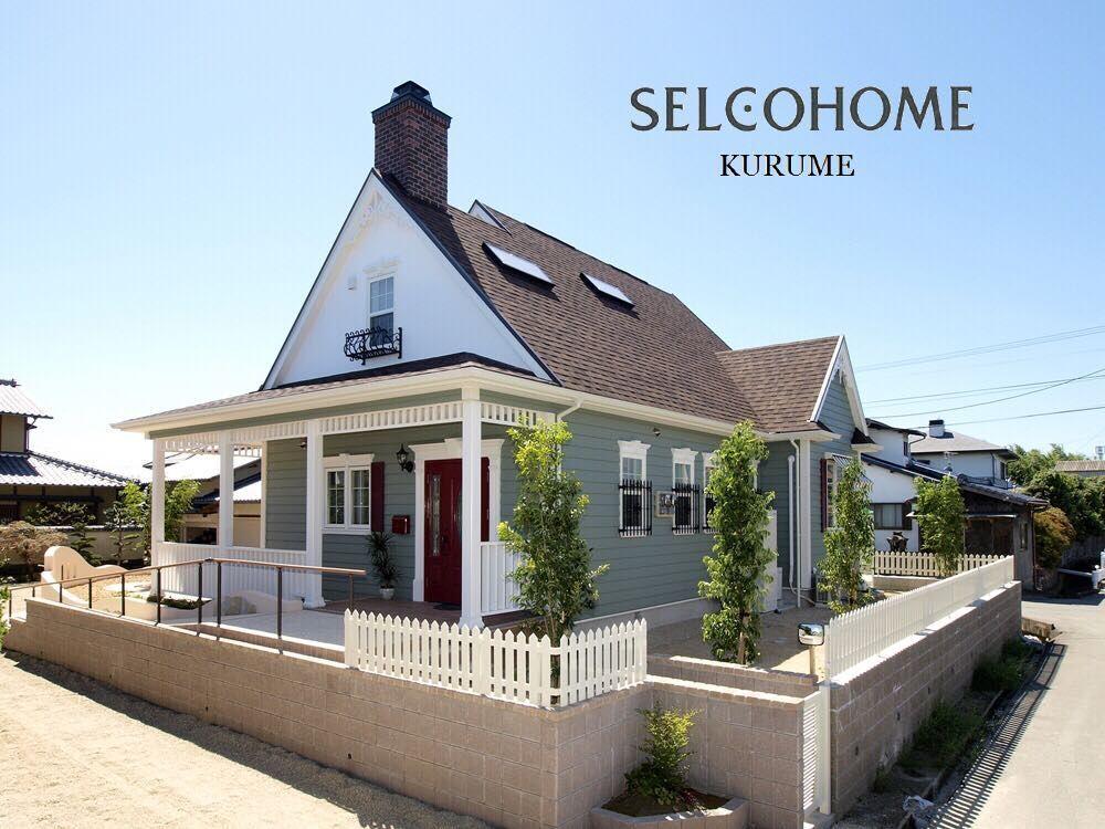 物語りから飛び出てきたような 煙突のある三角屋根が可愛いお家