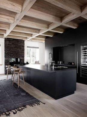 Interieur Minimaliste Ilot De Cuisine Noir Chaises De Bois Plafond En Bois Cuisine Moderne Interieur Minimaliste Cuisine Contemporaine