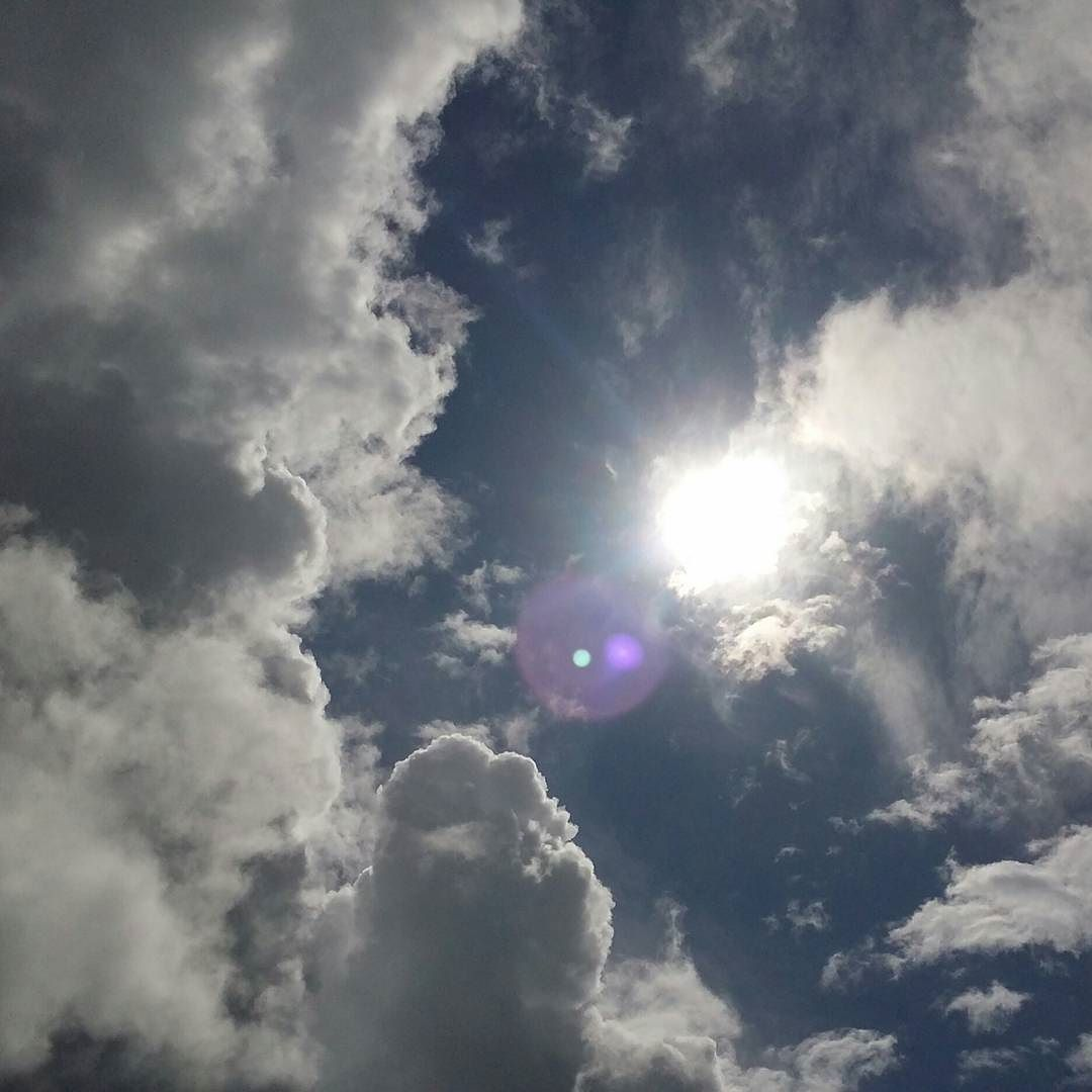 Un #rayondesoleil  parmis les #nuages avant le retour de la #pluie #974 #iledelareunion #ilovereunionisland #lareunion #reunion974 #nature #sunandclouds  #sun #clouds #sky by vivi974run