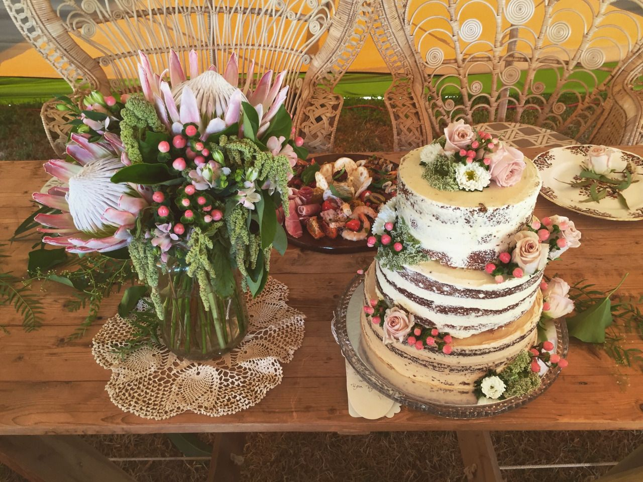 Cake deco and tables arrangement for the bride and groom table. This was by far my favorite arrangement and the cake was super fun to decorate!!