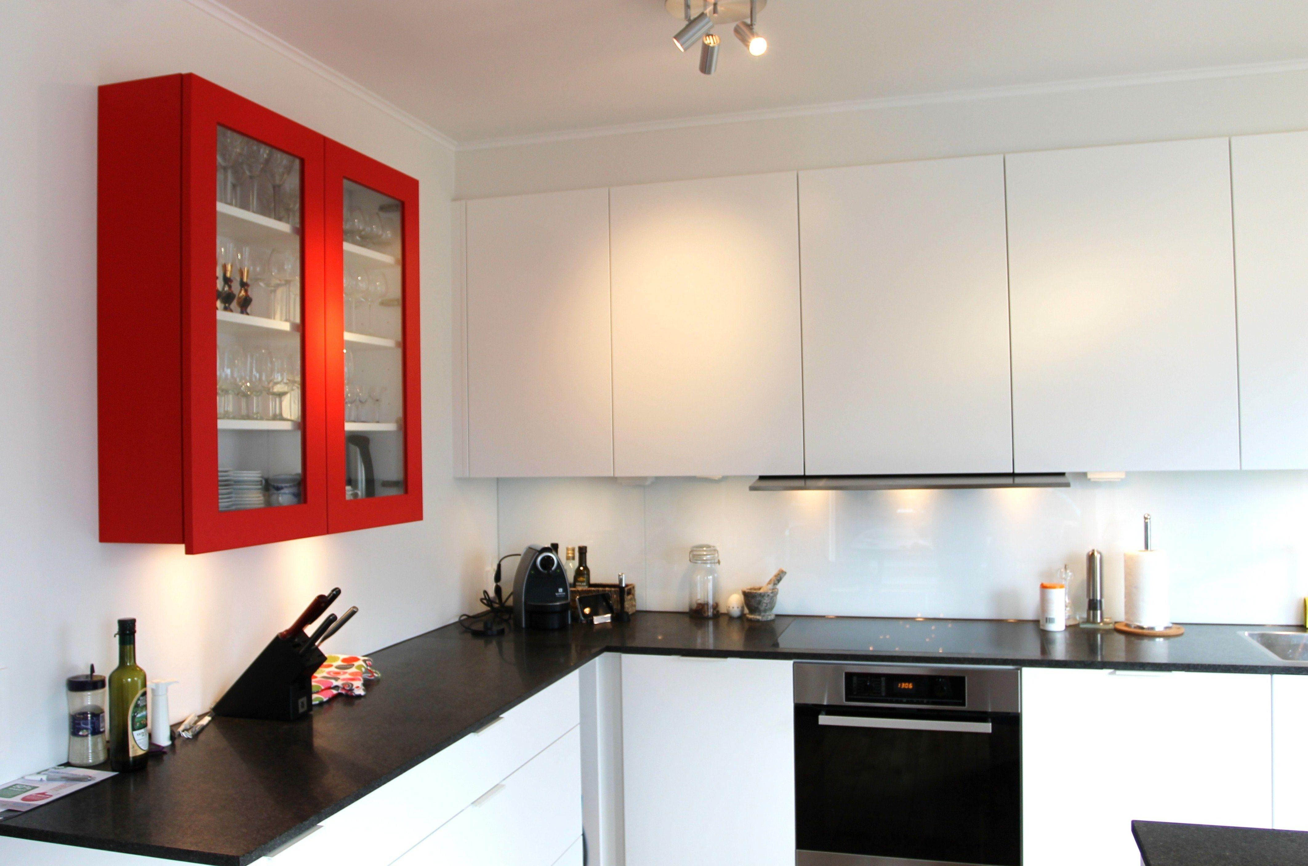 Kök med rött vitrinskåp