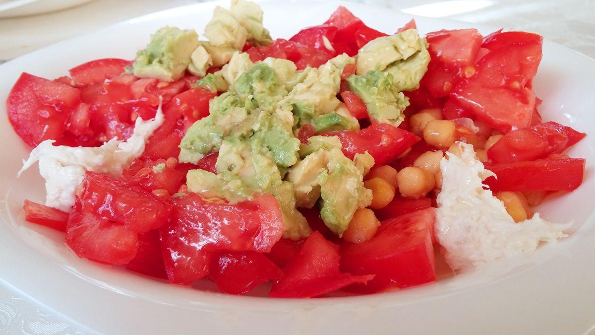 Ensalada de tomate con aguacate y garbanzos
