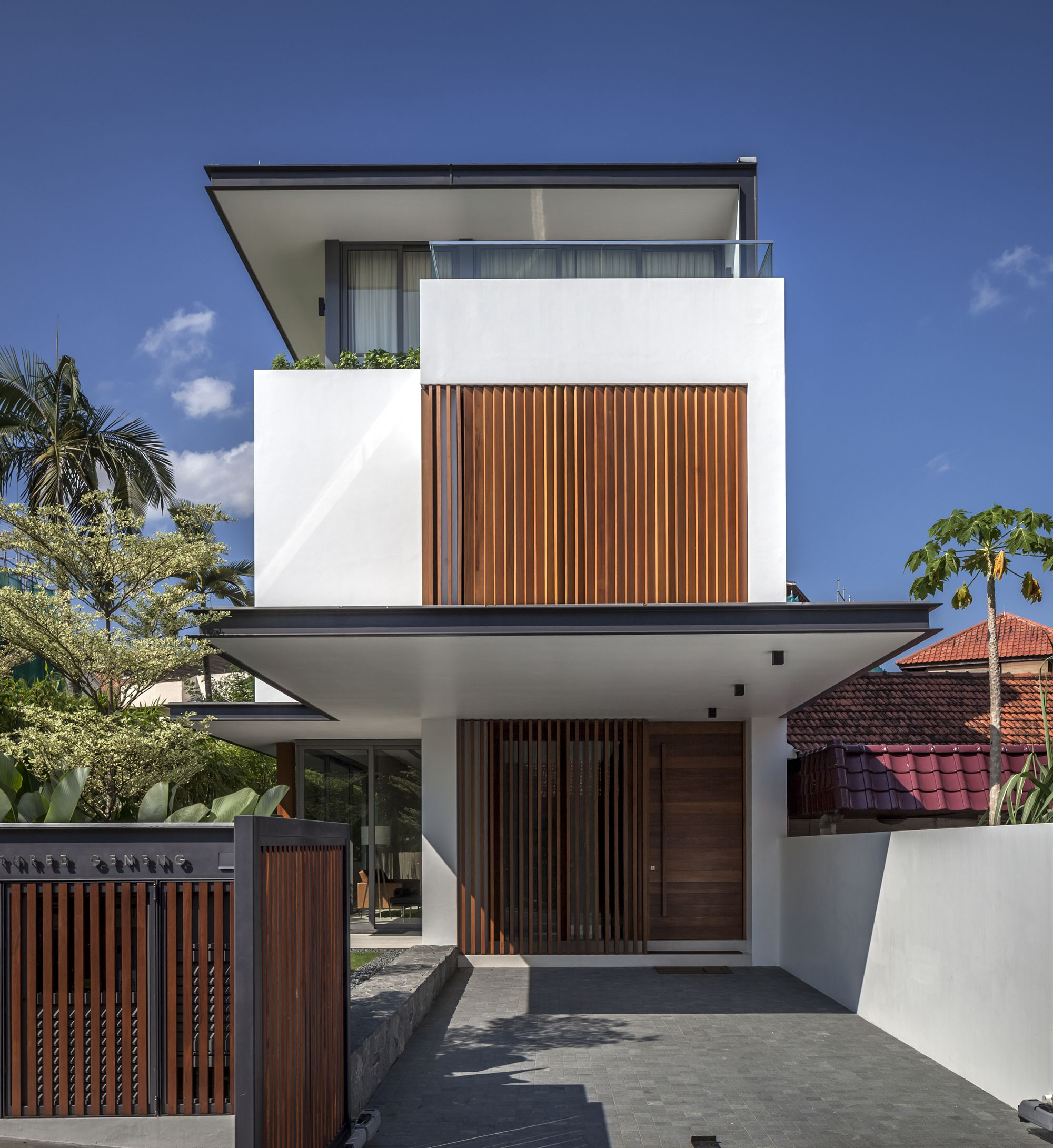 eye catching minimalist levels small houses with wooden wall rh pinterest com