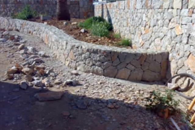 Paredes de piedra en jardines buscar con google - Como hacer muros de piedra ...