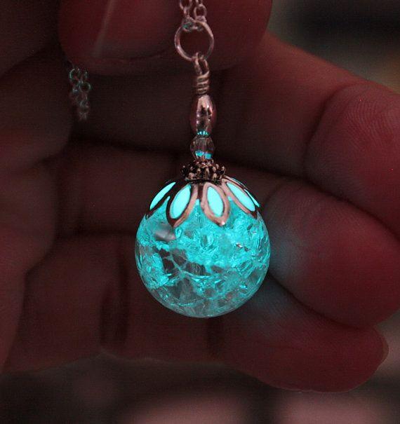 He encontrado este interesante anuncio de Etsy en https://www.etsy.com/es/listing/186519382/cracked-clear-round-crystal-pendant-glow