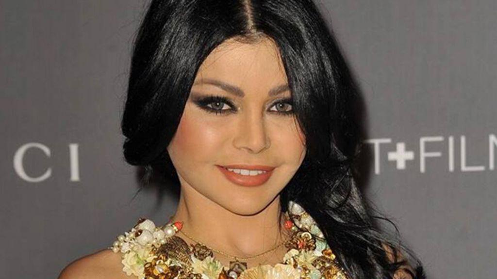 صور بين نجمات العرب من صاحبة أجمل ابتسامة Races Fashion Paper Fashion Fashion Sketches