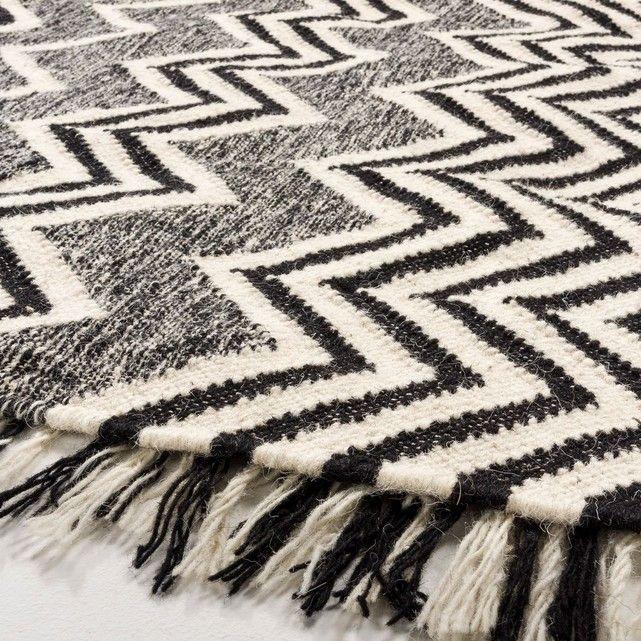 le tapis tiss plat tibal r versible avec son motif zigzag rebrod sur une face et poils. Black Bedroom Furniture Sets. Home Design Ideas
