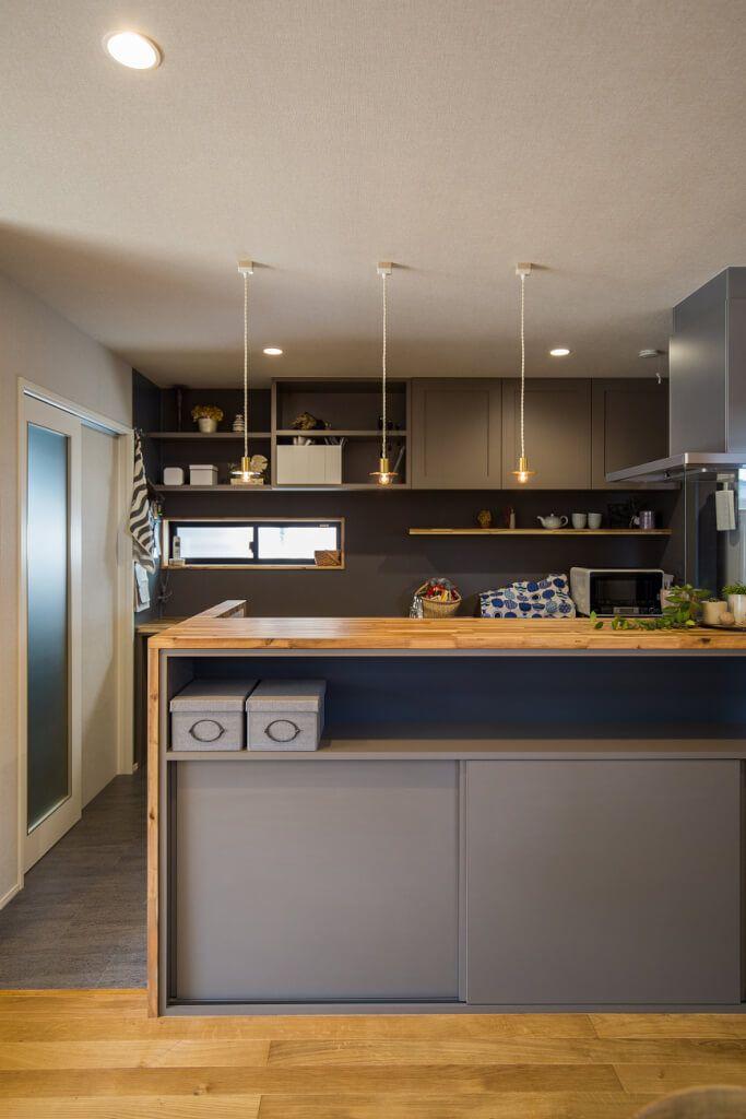 キッチン キッチンのカップボードとカウンター収納はアンティーク感