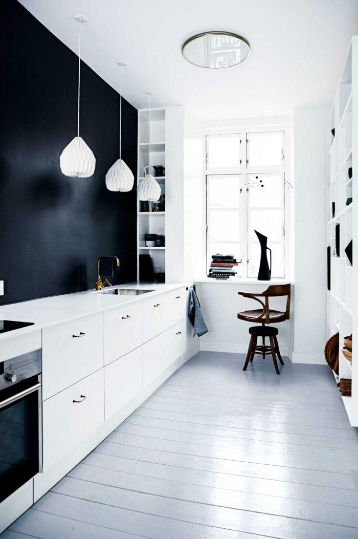 weiße küche mit schwarzer akzentwand und schönem bodenbelag - wohnideen und inspiration