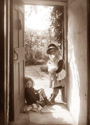 Sunshine girls    FRANK SUTCLIFFE, 1880