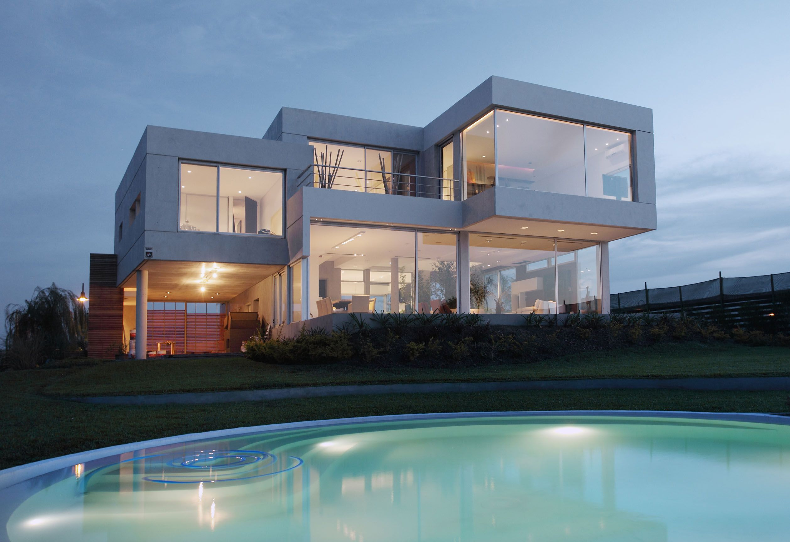 Modern exterior house design with grand designs eco for Modern house auction