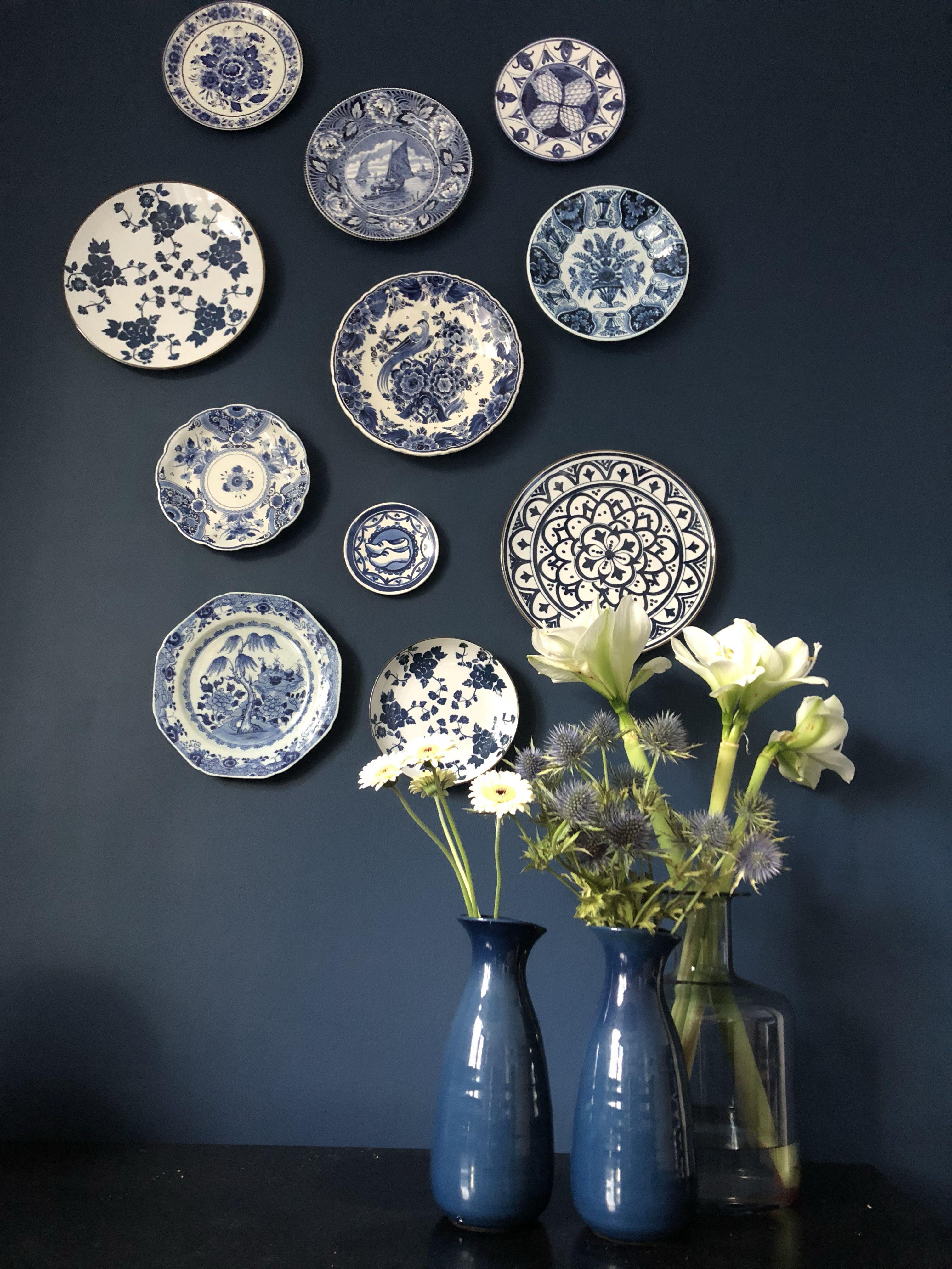 Decoratie Borden Voor Aan De Muur.Verzameling Delfts Blauwe Borden Op Donker Blauwe Muur