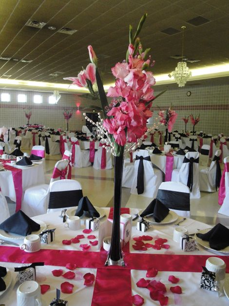 I love these table decorations - Tips For Using Eiffel Tower Vases For Wedding Centerpieces