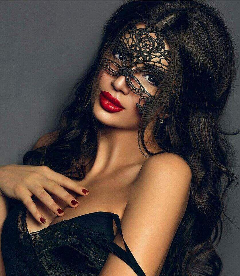 брюнетка в маске фото - 12