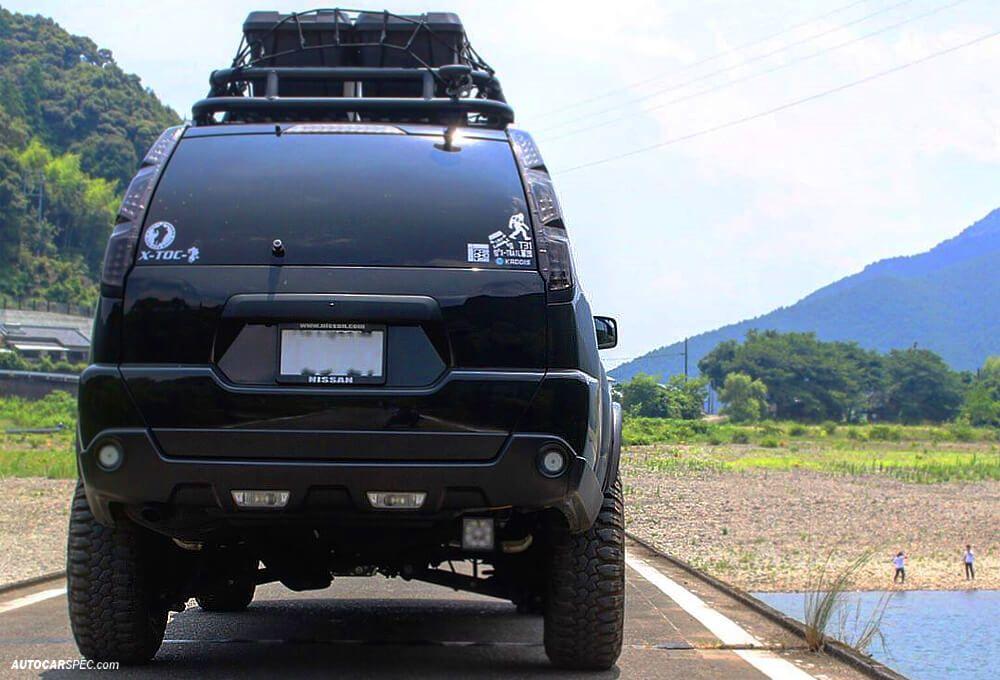 Nissan Xtrail with tubular roof rack and cargo box
