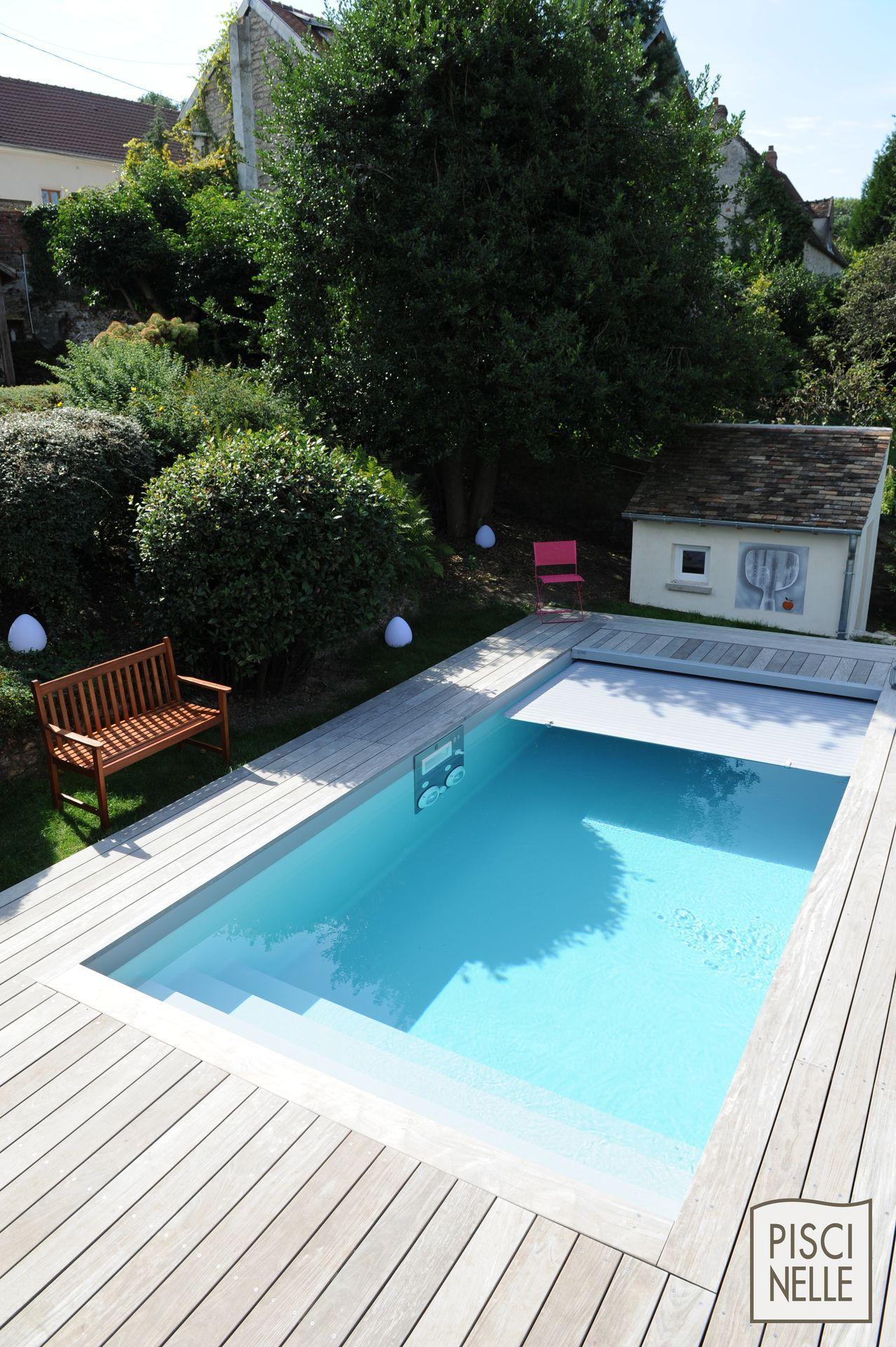 Petite piscine design rectangulaire conviviale. La couverture ...