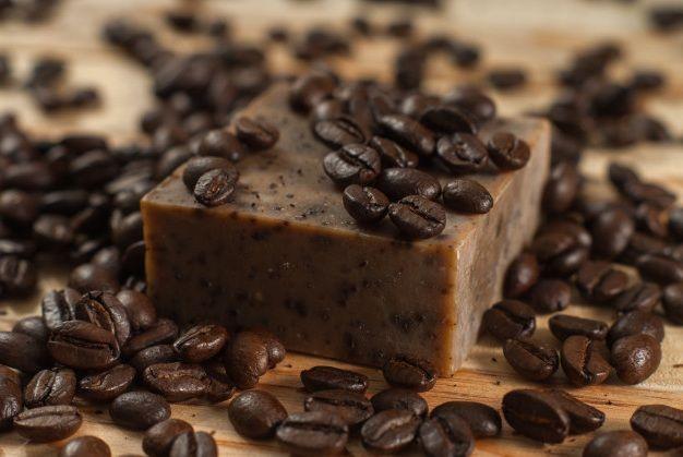 Jabón De Café Beneficios Cómo Utilizarlo Cómo Hacerlo En 2020 Jabón De Café Jabones Beneficios Del Cafe