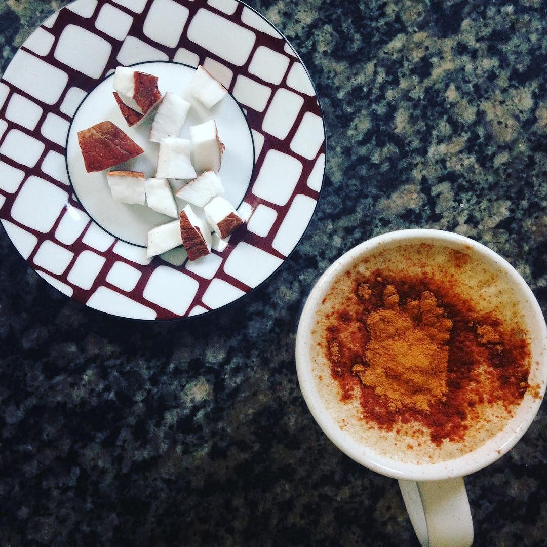 Bom dia! Café batido com leite de coco e canela para comer pedacinhos de coco que estavam congelados. #diafeliz #bomdia #coffee #coffeetime #lchf #lowcarb #eatclean #comidadeverdade #realfood #comapaleo #paleo #paleobrasil #lchfbrasil #nutrição by isacbvm