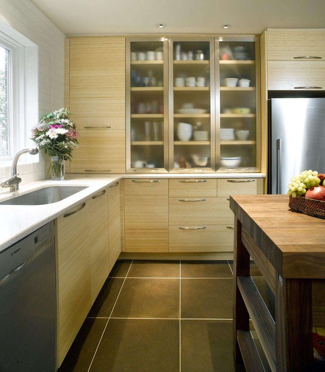 La Combinaison D Armoires De Cuisine Au Fini Texture Et Des Portes Vitrees Apportent Beaucoup D Elegance A Une Cuis Armoire De Cuisine Kitchen Kitchen Cabinets