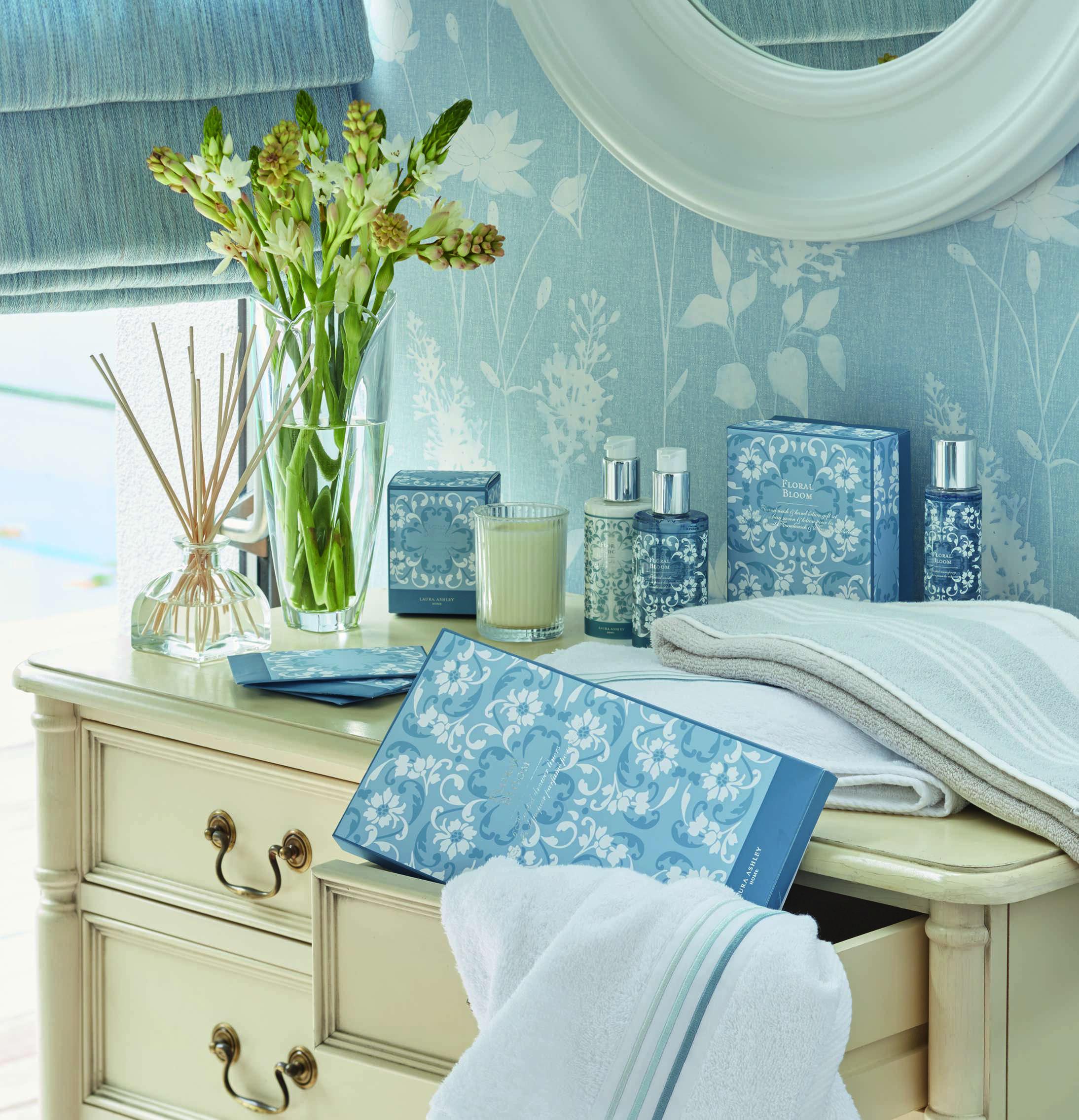 Сочетание бежевой мебели и голубых обоев, декорируем ...