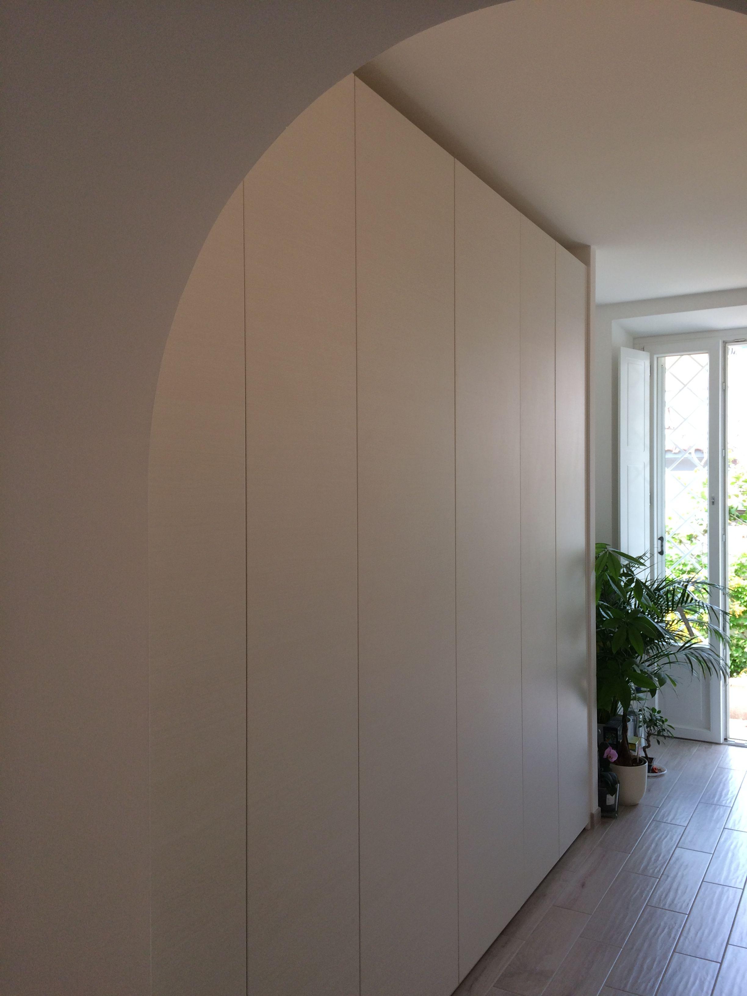 Un armadio a muro in un appartamento nel quartiere di ...