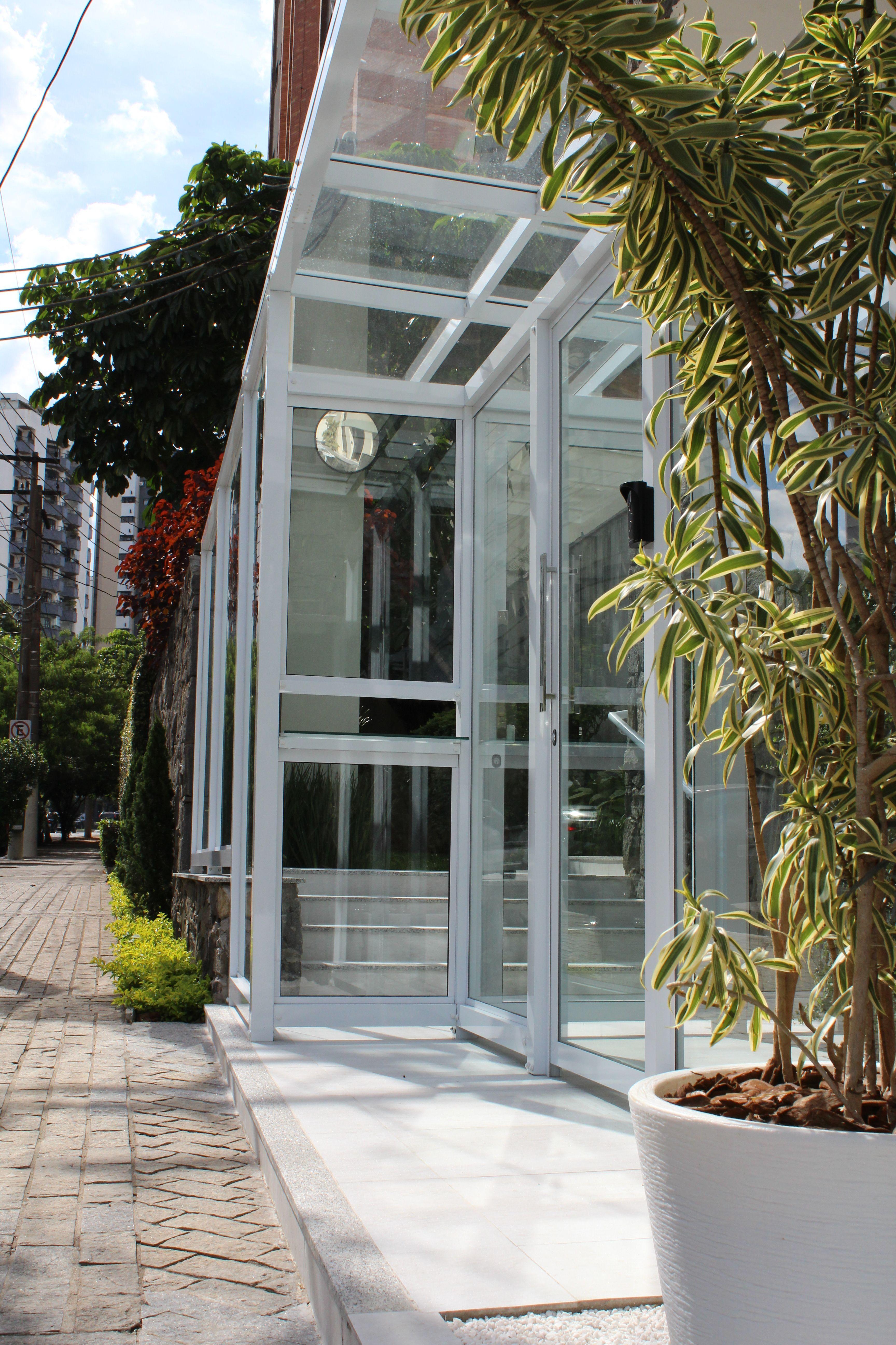 Condomínio Residencial Vila Mariana. Retrofit de fachada. Clausura em estrutura metálica e vidro. Paisagismo