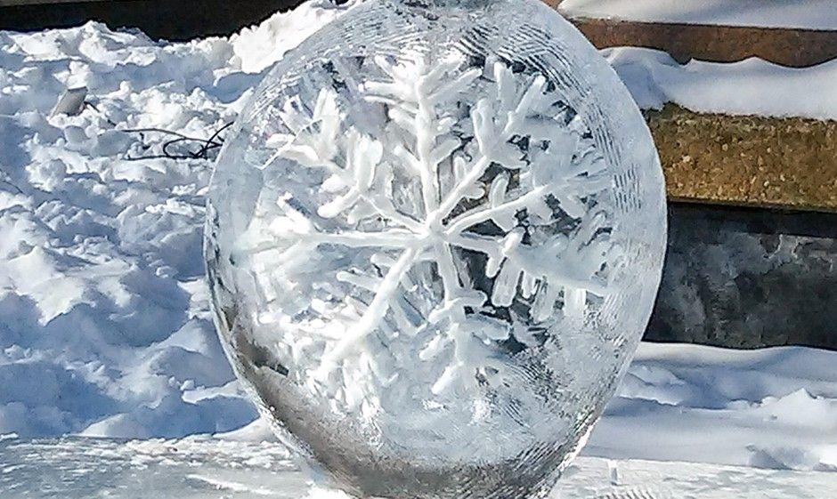 Schneeflocke im Eis - eine der Eisskulpturen beim Winterlude in Ottawa, Kanada