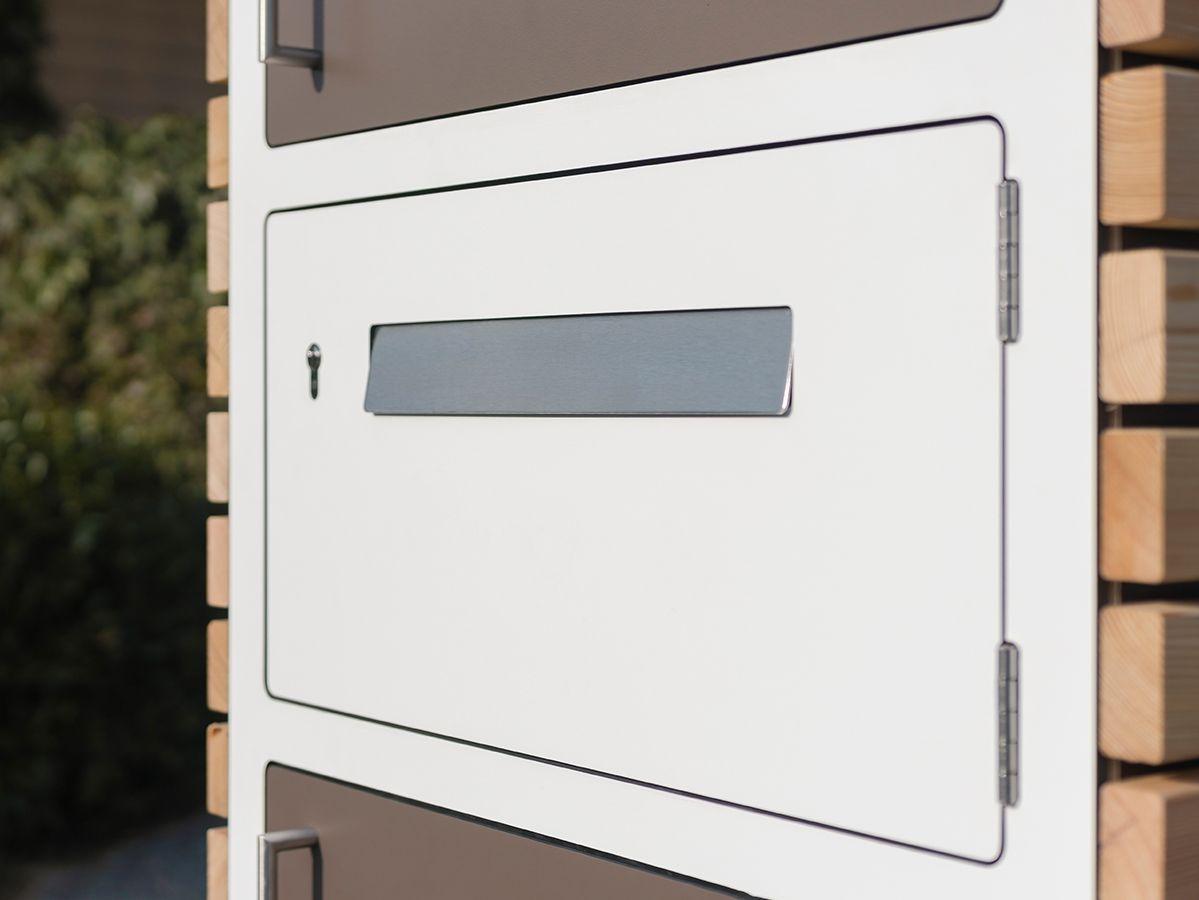 Großer schöner Briefkasten in einem Paketkasten integriert